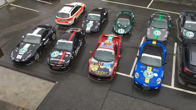8 autos da cursa parcads sin ina plazza