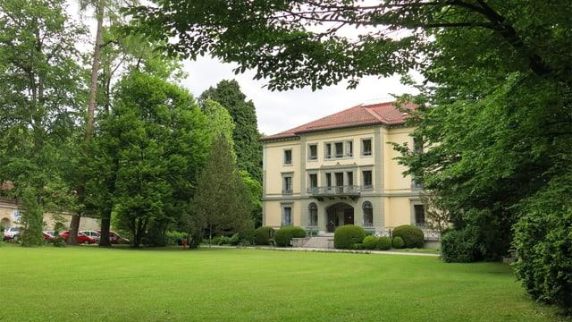 Das Hauptgebäude der Schule von aussen.
