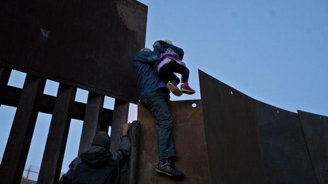 In migrant dal Honduras gida ad ina matta da surpassar a Tijuana il cunfin en ils Stadis Unids.