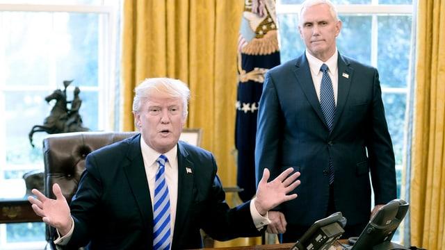 Trump an seinem Tisch im Oval Office.