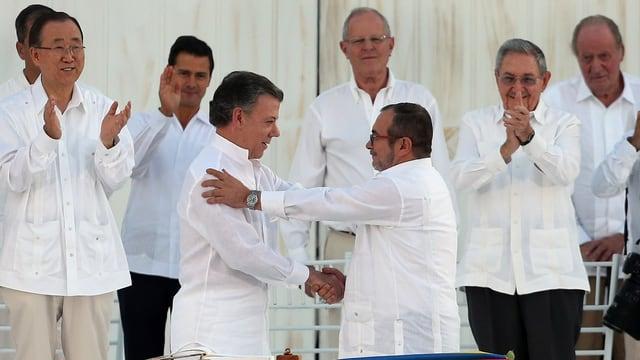 Präsident Juan Manuel Santos (links) und Farc-Kommandeur Rodrigo Londoño reichen sich die Hand.