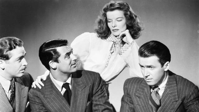 John Howard, Cary Grant, Katharine Hepburn und Jimmy Stewart auf einem Promo-Foto.