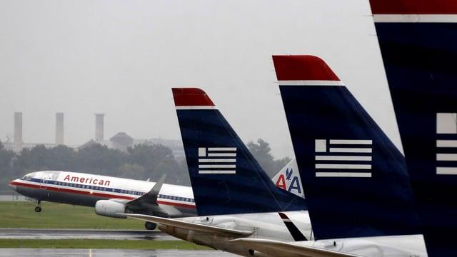 Die Flugzeuge der beiden Gesellschaften an einem Flughafen.