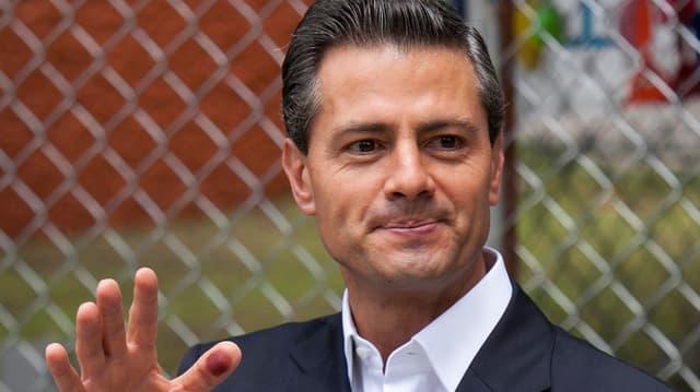 Staatschef Peña Nieto winkt und lächelt