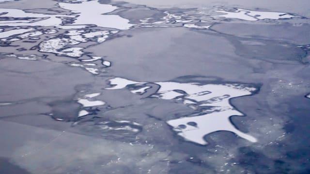 Eisschollen treiben auf dem Meer in Hafen von Kirkenes.