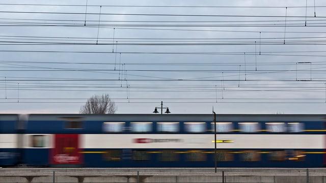 Eine S-Bahn in voller Fahrt - leicht verschwommen.