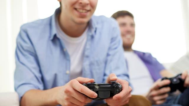Jugendliche beschäftigten sich mit einem Online-Spiel
