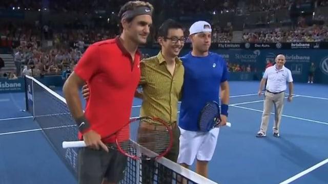 Roger Federer und James Duckworth am Netz.