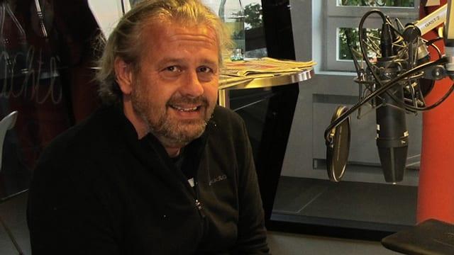 Dominik Flammer sitzt im Radiostudio.