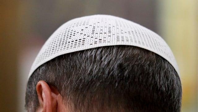 Männerkopf von hinten mit einer weissen, islamischen Kopfbedeckung (Symbolbild).