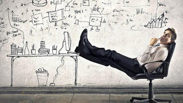 Mann auf Bürostuhl mit Comic im Hintergrund