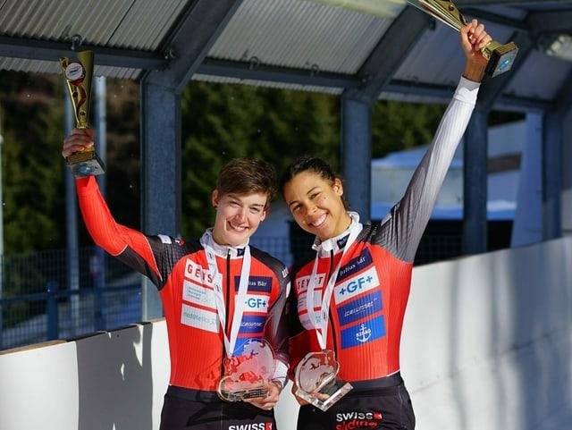 Zwei Frauen mit Pokalen in den Händen.