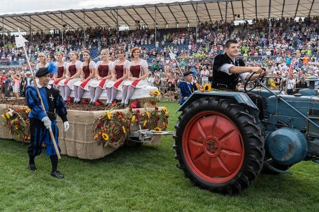 Las damas d'onur èn vegnidas en l'arena sin il tractor.