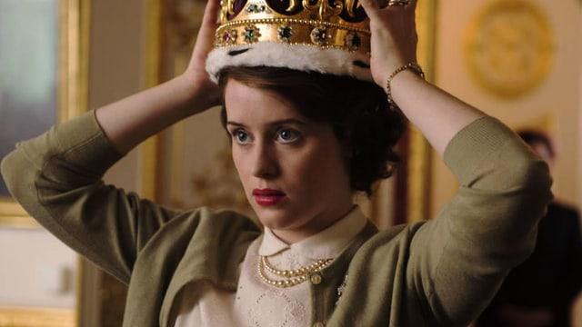 Frau setzt sich Krone auf.