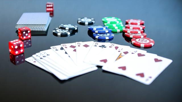 Purtret da chartas da jass cun quadrels e chips da poker.
