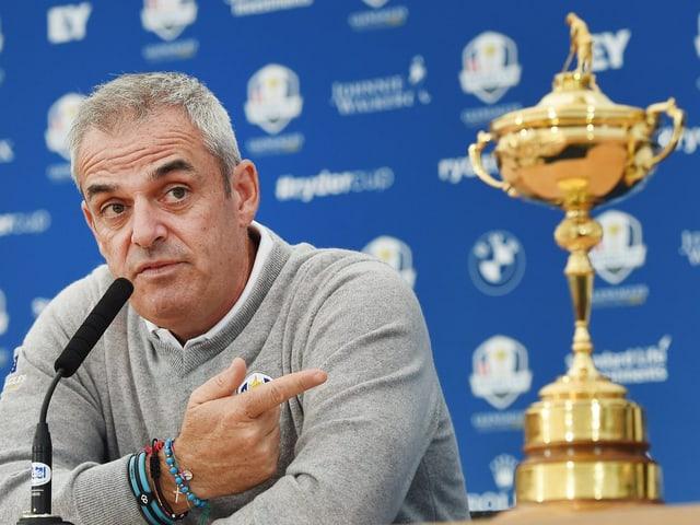 Paul McGinley sitzt bei einer Pressekonferenz neben dem Ryder-Cup-Pokal.