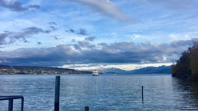 Blick von Au am Zürichsee Richtung föhnige Alpen.