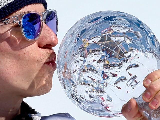 Henrik Kristoffersen küsst die Kristallkugel.