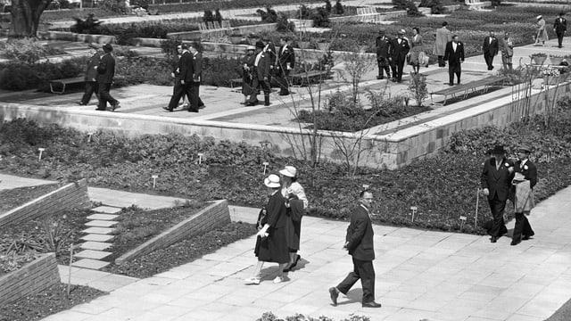 Besucher besichtigen Gärten