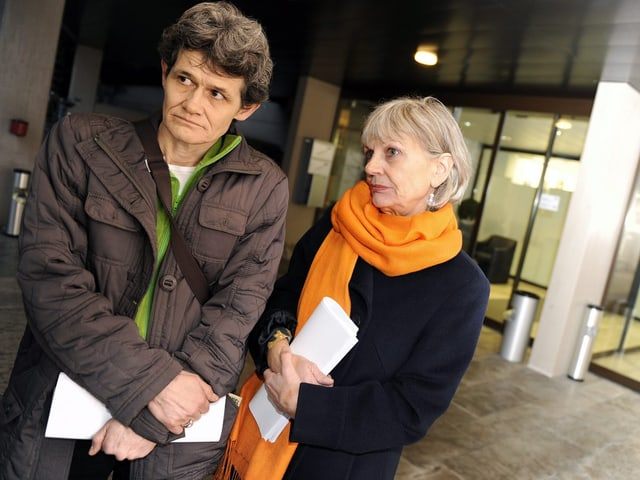 Esther Wyler und Margrit Zopfi stehen in Jacken nachdenklich vor dem Zürcher Obergericht.