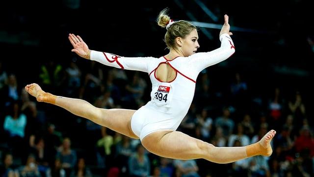 Giulia Steingruber vid in exercizi en l'aria.