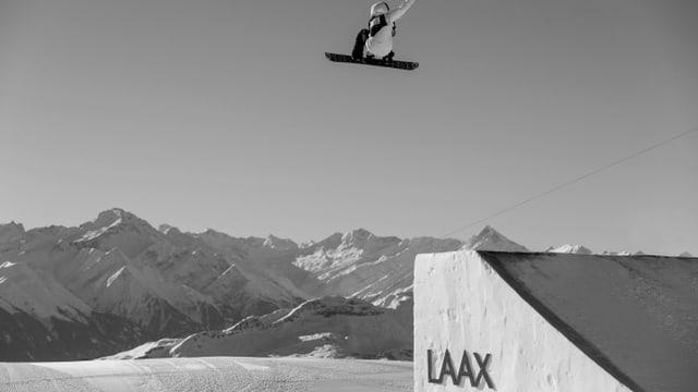 Ein Snowboarder, der einen hohen Jump macht.