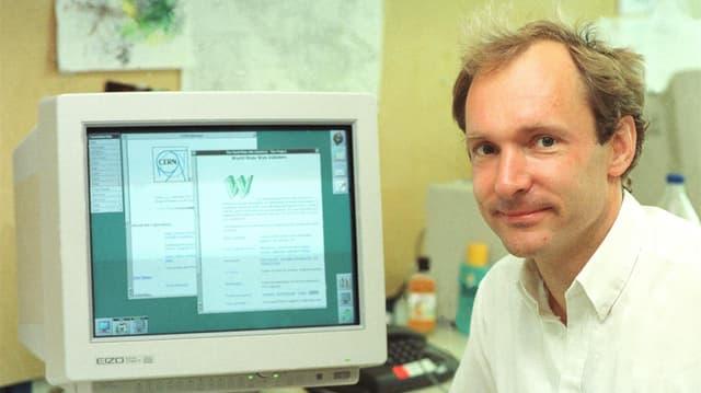 Berners-Lee neben einem Computer