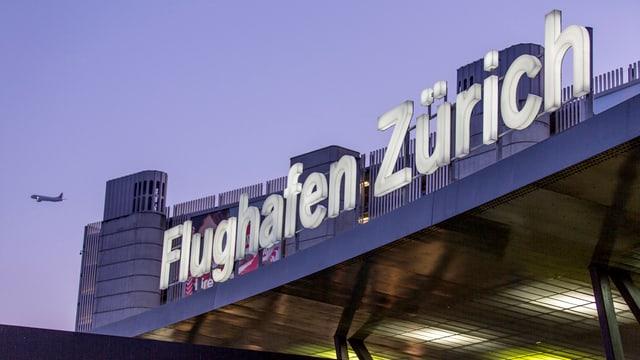 Leuchtschrift am Terminal im Flughafen Zürich