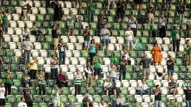 Wenige Fans im Stadion des FC. St. Gallen.