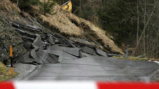 Ein Erdrutsch zerstört die Strasse nach Valzeina