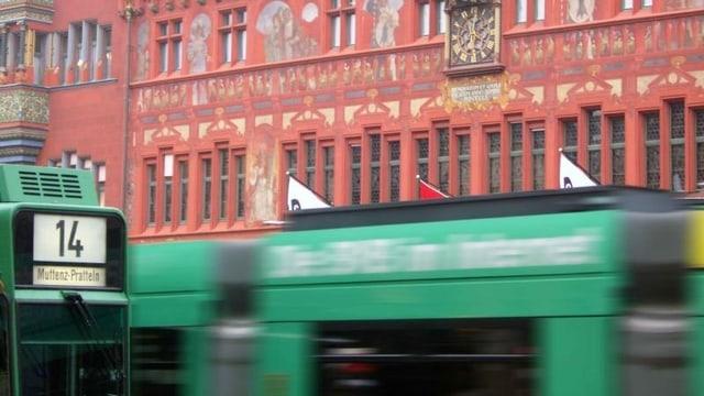 Tram vor Basler Rathaus