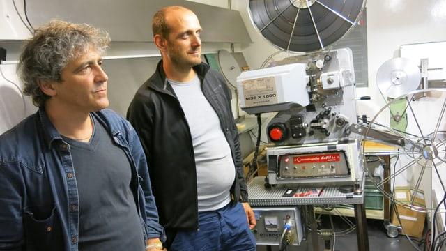 Giorgio Andreoli (vorne) und Richard Werder im mobilen Projektionsraum.