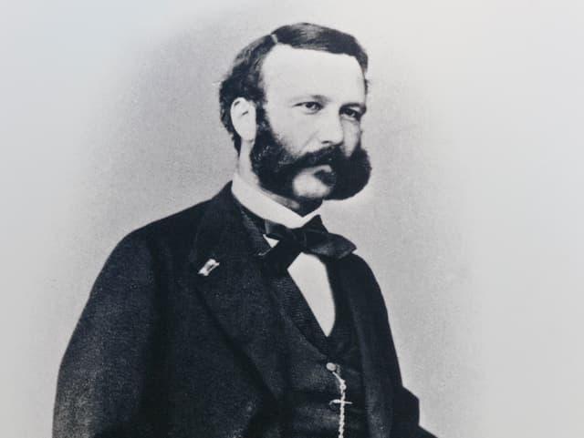 Schwarzweiss-Bild von Henry Dunant mit Bart und Anzug