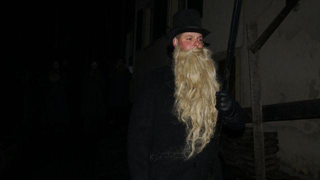 Langer, weisser Bart, hoher Zylinder und Stab. Damit ist der «Bäsemaa» der Nüünichlinger ausgestattet.