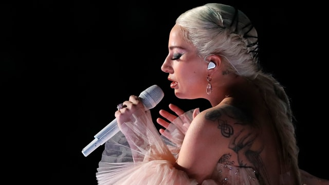 Lady Gaga am Mikrofon.