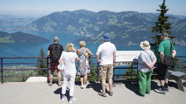 Touristen blicken von der Klewenalp in die Ferne.