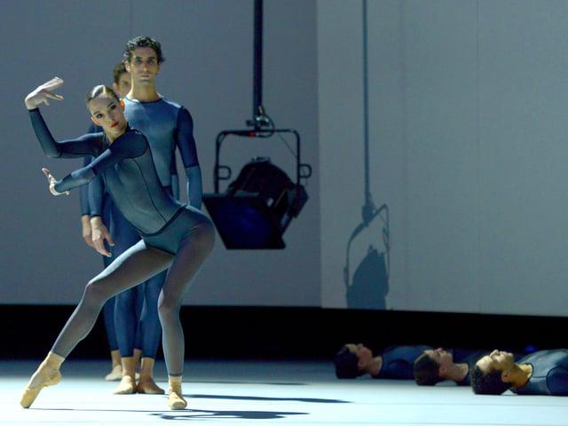 Männer und Frauen als Roboter auf der Bühne.