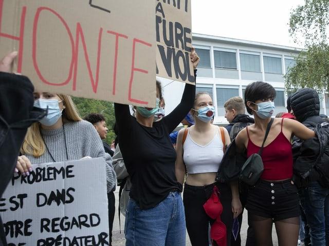 Schülerinnen protestieren gegen die Kleidervorschriften an Schulen in Genf.