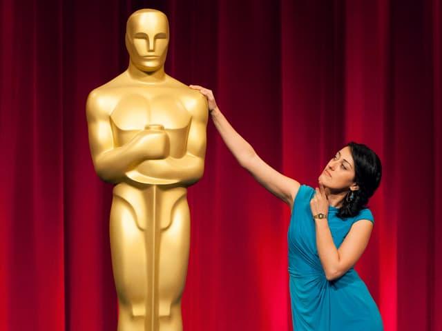 Hamzavi steht neben einer grossen Oscar-Statue.