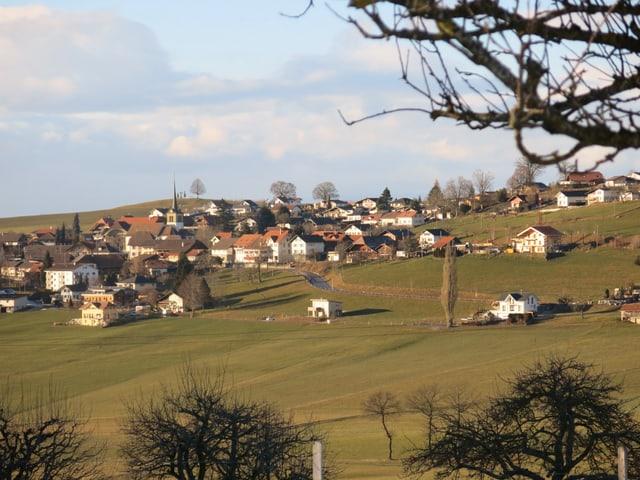 Ein Dorf auf einem Hügelzug.