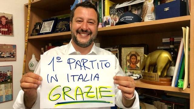 Matteo Salvini hält ein Papier mit der Aufschrift «1. Partei Italiens – Danke»