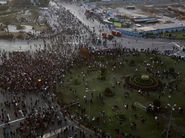 Luftaufnahme des Tahrir-Platzes in Ägypten, wo sich sind Tausende für Proteste versammelt haben.