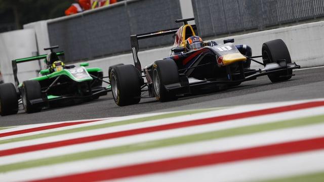 Der 21-Jährige (im führenden Boliden) krönt sich in Abu Dhabi zum GP3-Meister