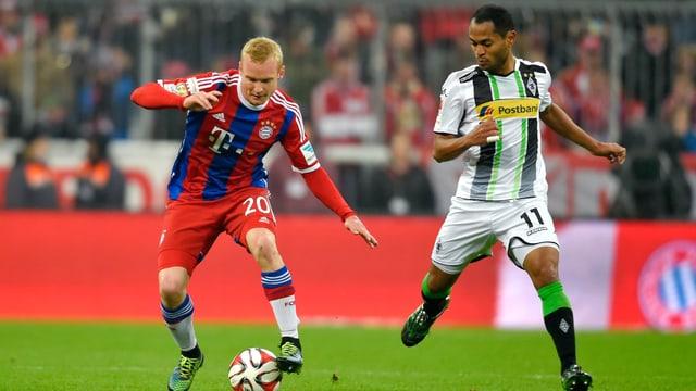 Bayerns Sebastian Rode (links) schirmt den Ball von Gladbachs Raffael ab.