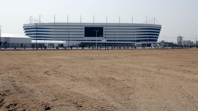 Stadion mit Sand davor