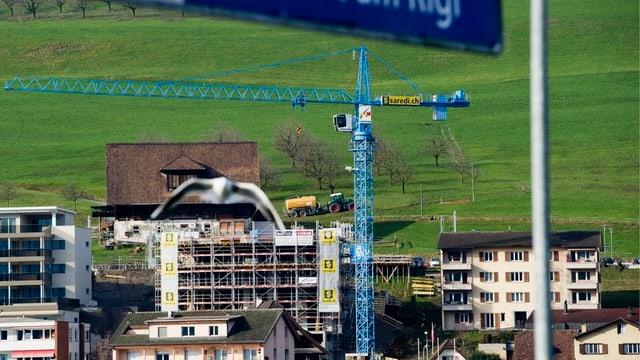 Mehrfamilienhaus im Rohbau oberhalb des Bahnhofs in Küssnacht.