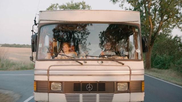 Filmszene: Ein Wohnmobil von aussen.