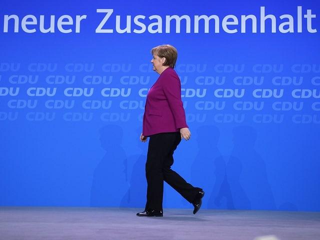 Angela Merkel che va giu da tribuna.