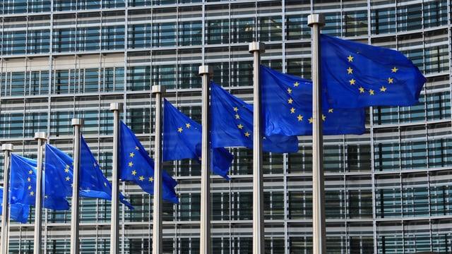 EU-Fahnen wehen vor dem Gebäude der EU-Kommission in Brüssel.