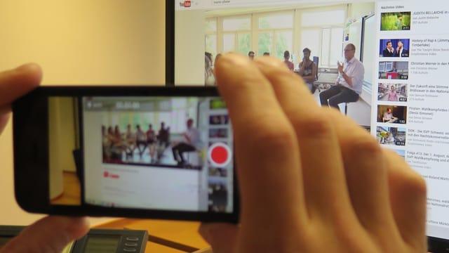 Handy vor PC Bildschirm